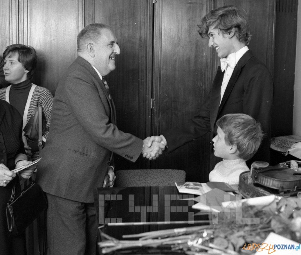 Jerzy Waldorff gratuluje skrzypkowi Piotrowi Milewskiemu po koncercie w Auli UAM - 20.10.1978