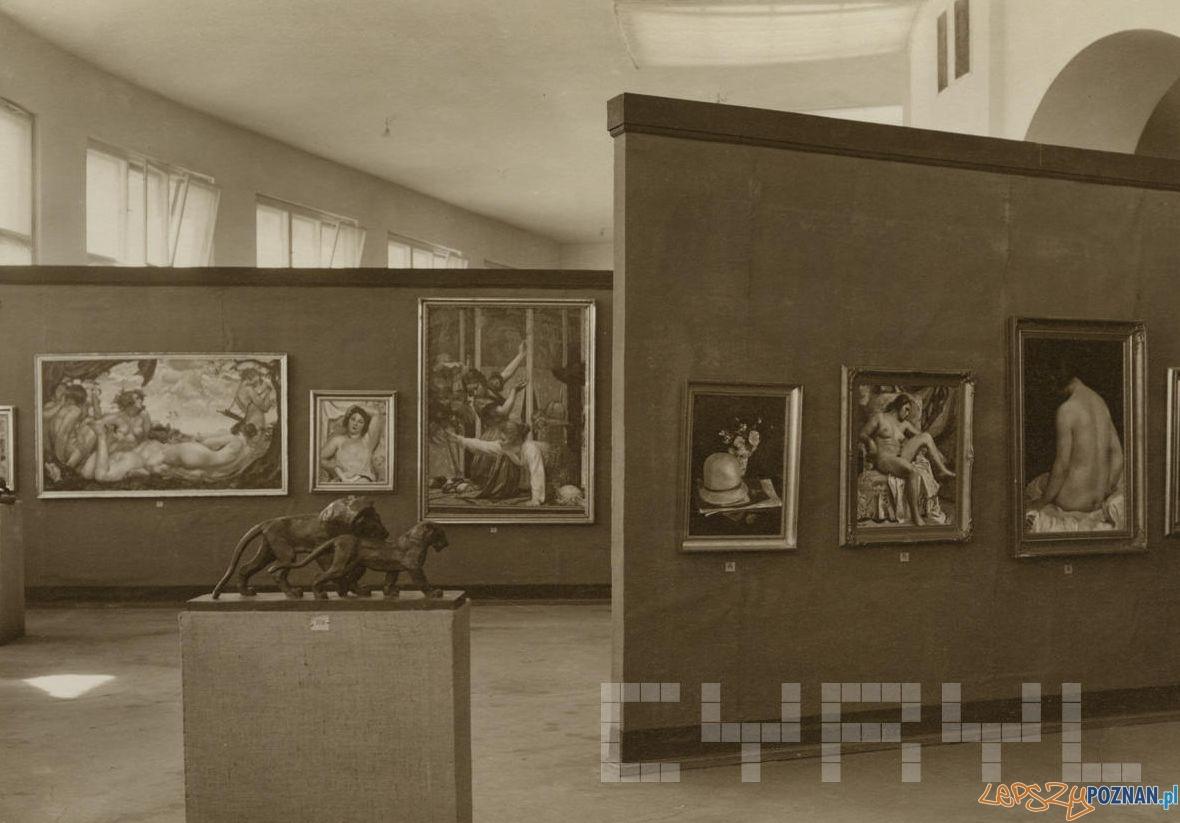 Fragment ekspozycji w Pałacu Sztuk na Pewuce - Lwy Jacka Pugeta, w głębi obrazy Wojciecha Weissa