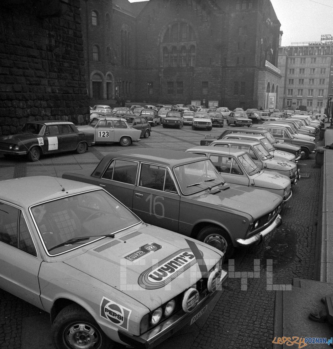 Sportowe auta przed Pałacem Kultury (dziś CK Zamek) 27.10.1978