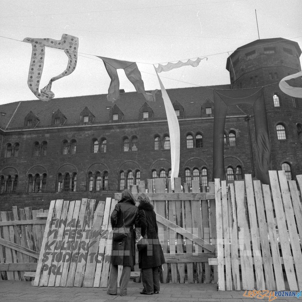 Instalacja zapowiadająca Dni Kultury Studenckiej przez dzisiejszym CK Zamek - 22.10.1978