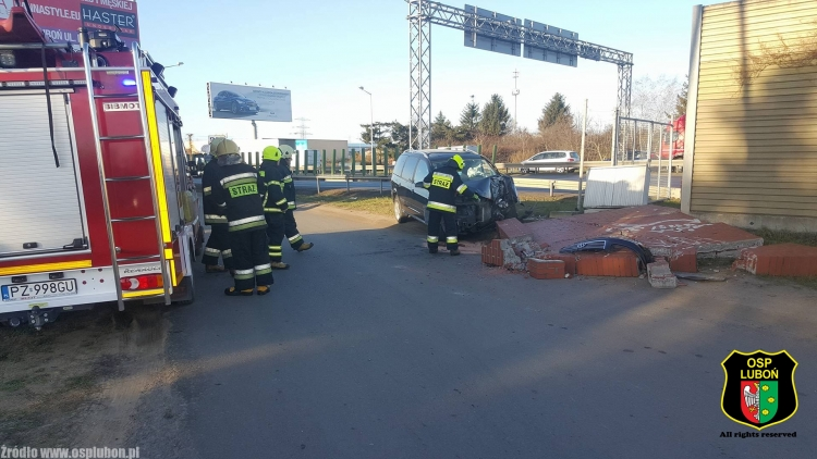 Samochód rozbił mur