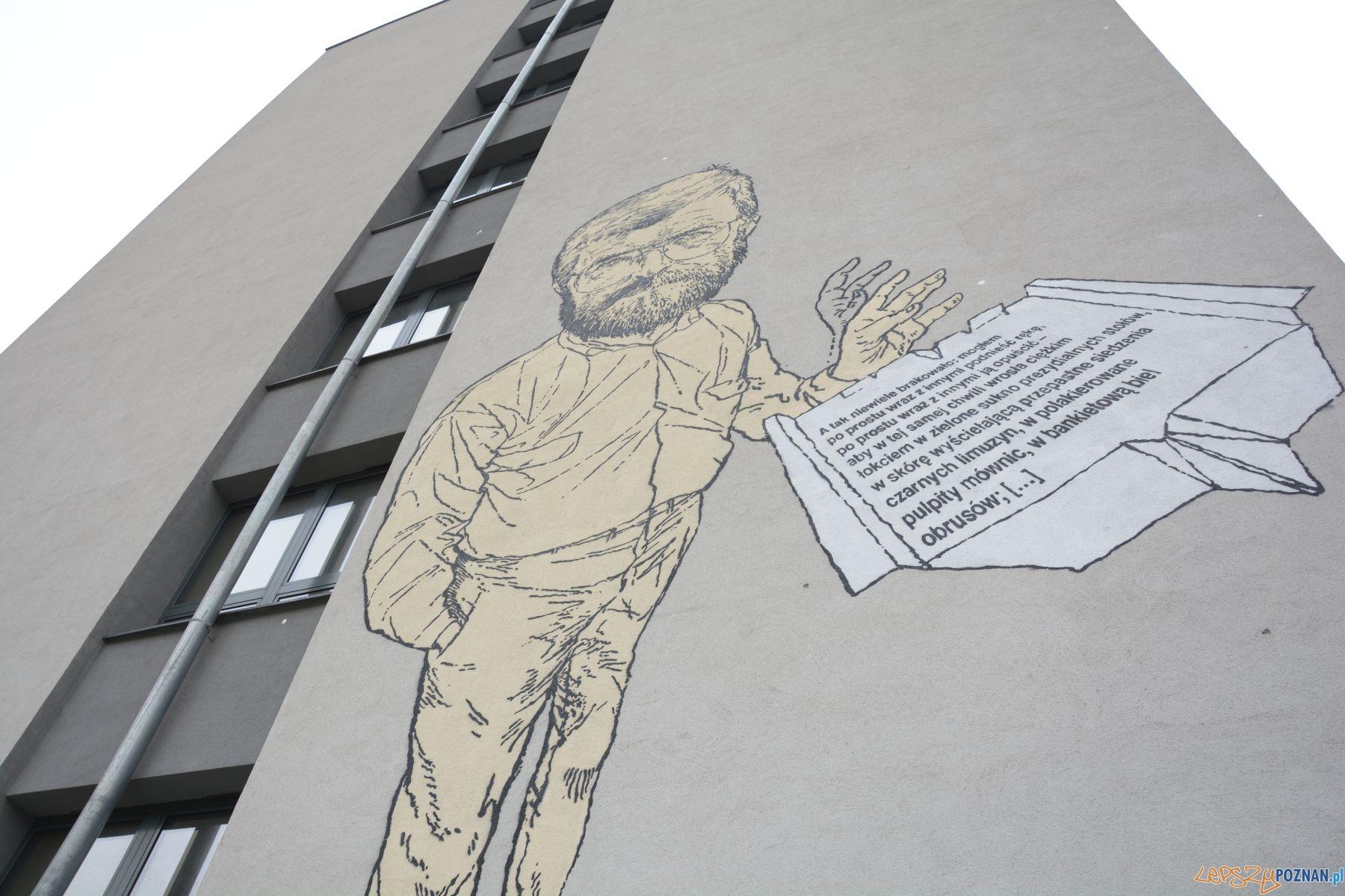 Mural Stanisława Barańczaka na budynku Collegium Novum UAM