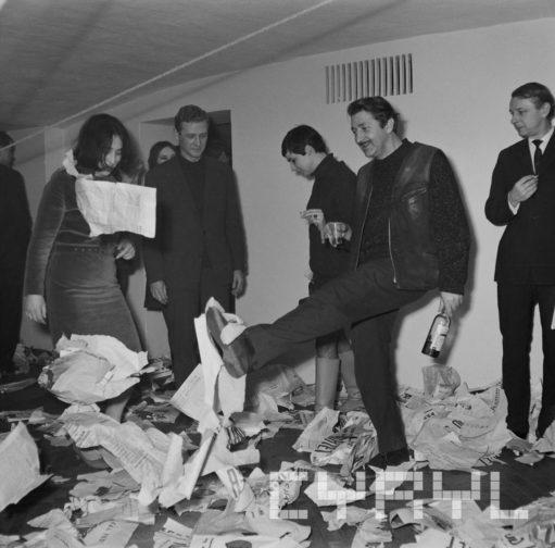 Kopanie leżących gazet - performance w Klubie OdNowa - 1968 rok - Ryszard Danecki