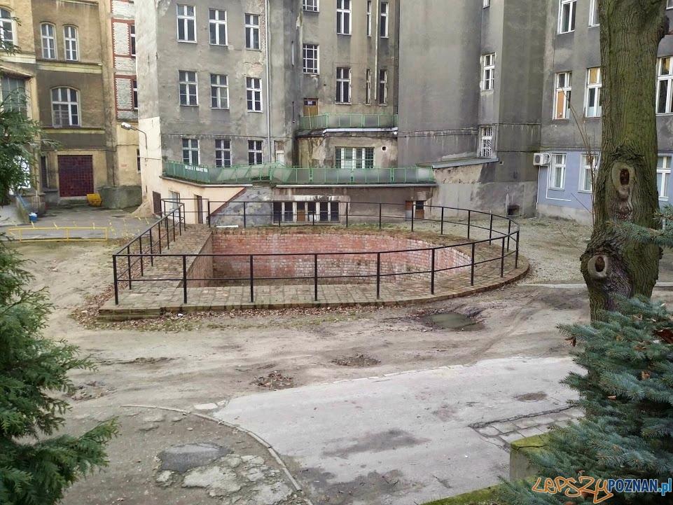 Fragment murów obronnych na dziedzińcu dawnego szpitala im. Strusia
