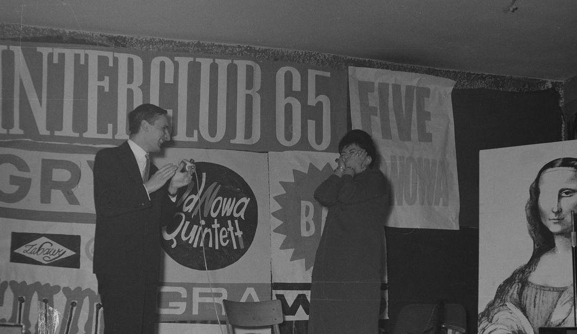 Sławomir Pietras rozmawia z śpiewaczką Krystyną Szostek - Radkową podczas wizyty Klubu OdNowa w Klubie Nurt przy Dożynkowej - 1965 r.