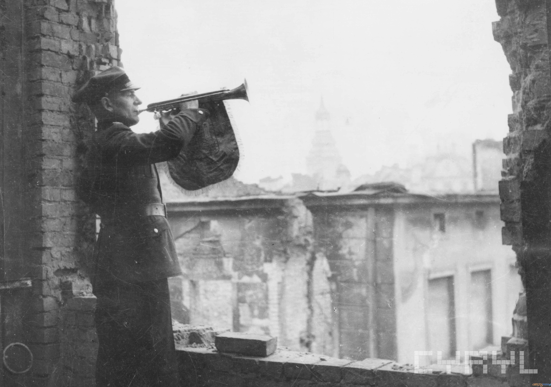 Ogniomistrz Władysław Gryska odgrywa pierwszy powojenny hejnał - 27.12.1945  Foto: Zbigniew Zielonacki / Cyryl