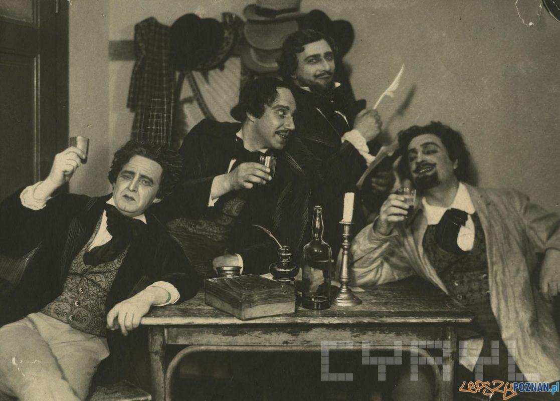 """Stefan Romanowski, Karol Urbanowicz, Kazimierz Czarnecki, Aleksander Karpacki w operze Giacomo Pucciniego - """"Cyganeria"""" - 1923 - 1924"""