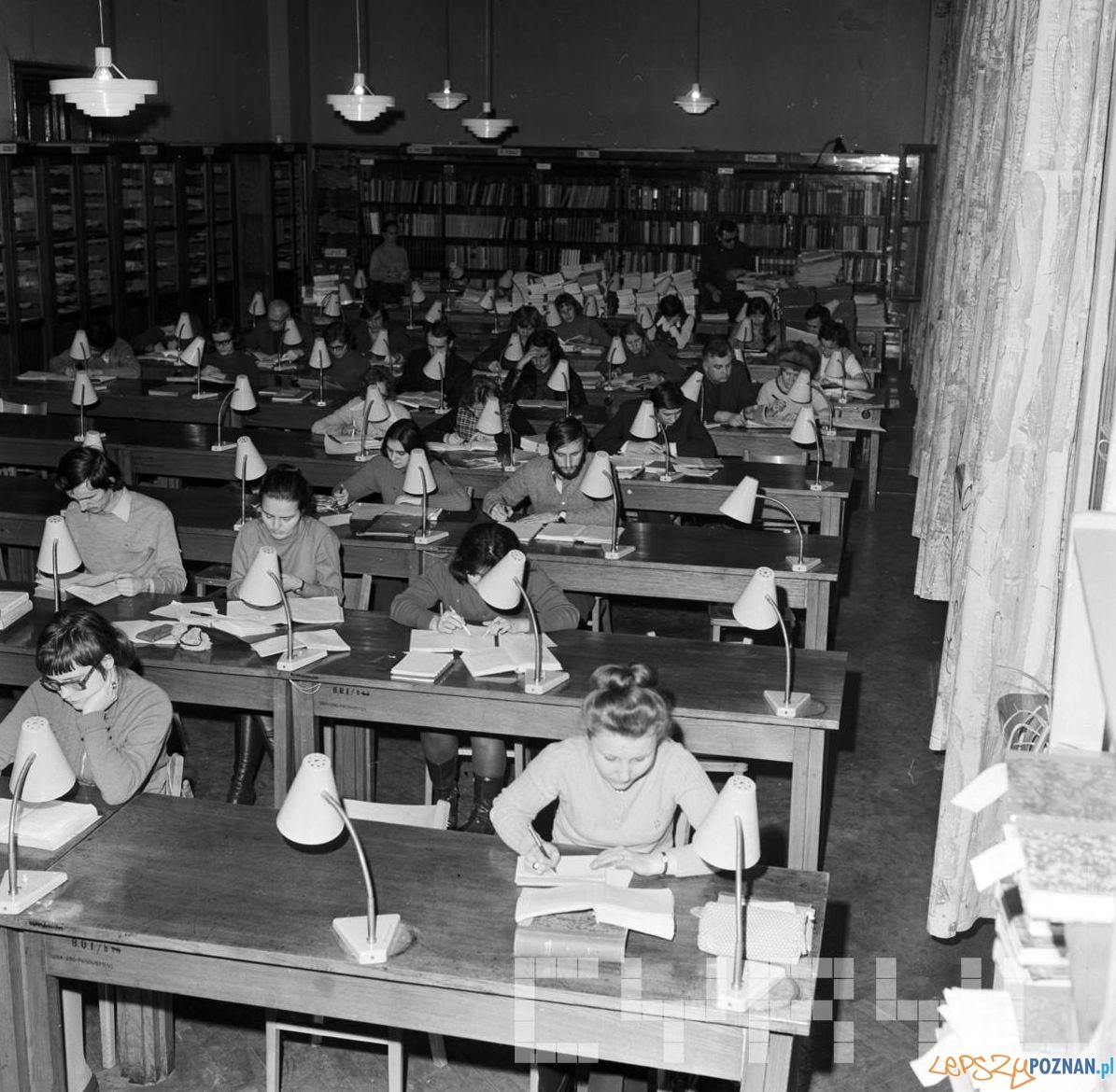 Sesja egzaminacyjna na Uniwersytecie Adama Mickiewicza - 17.01.1974 - studenci w czytelni  Foto: Stanisław Wiktor / Cyryl