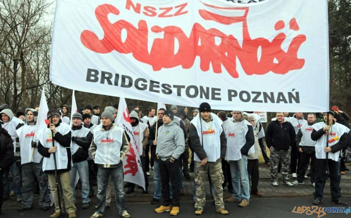 Pikieta związkowców przed fabryką Bridgestone  Foto: NSZZ S