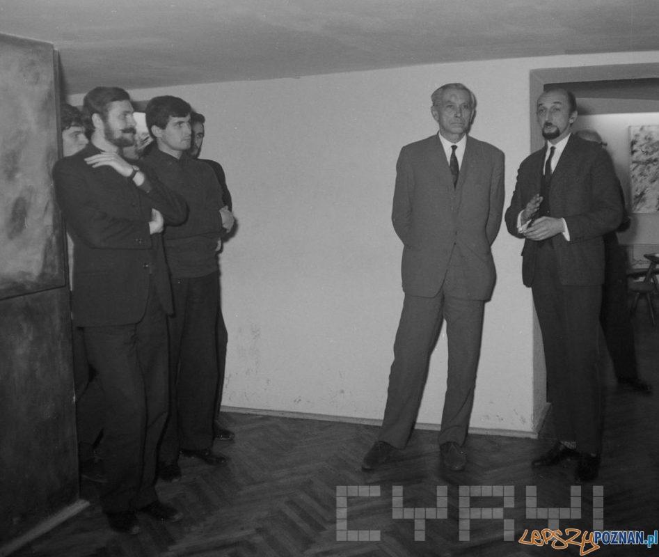 Andrzej Matuszewski (z prawej) otwiera wystawę malarstwa Georgesa van Haardta (Jerzego Brodnickiego) w Galerii odNOWA przy ul. Wielkiej, obok stoi Stanisław Hebanowski pomysłodawca wystawy 6.11.1967