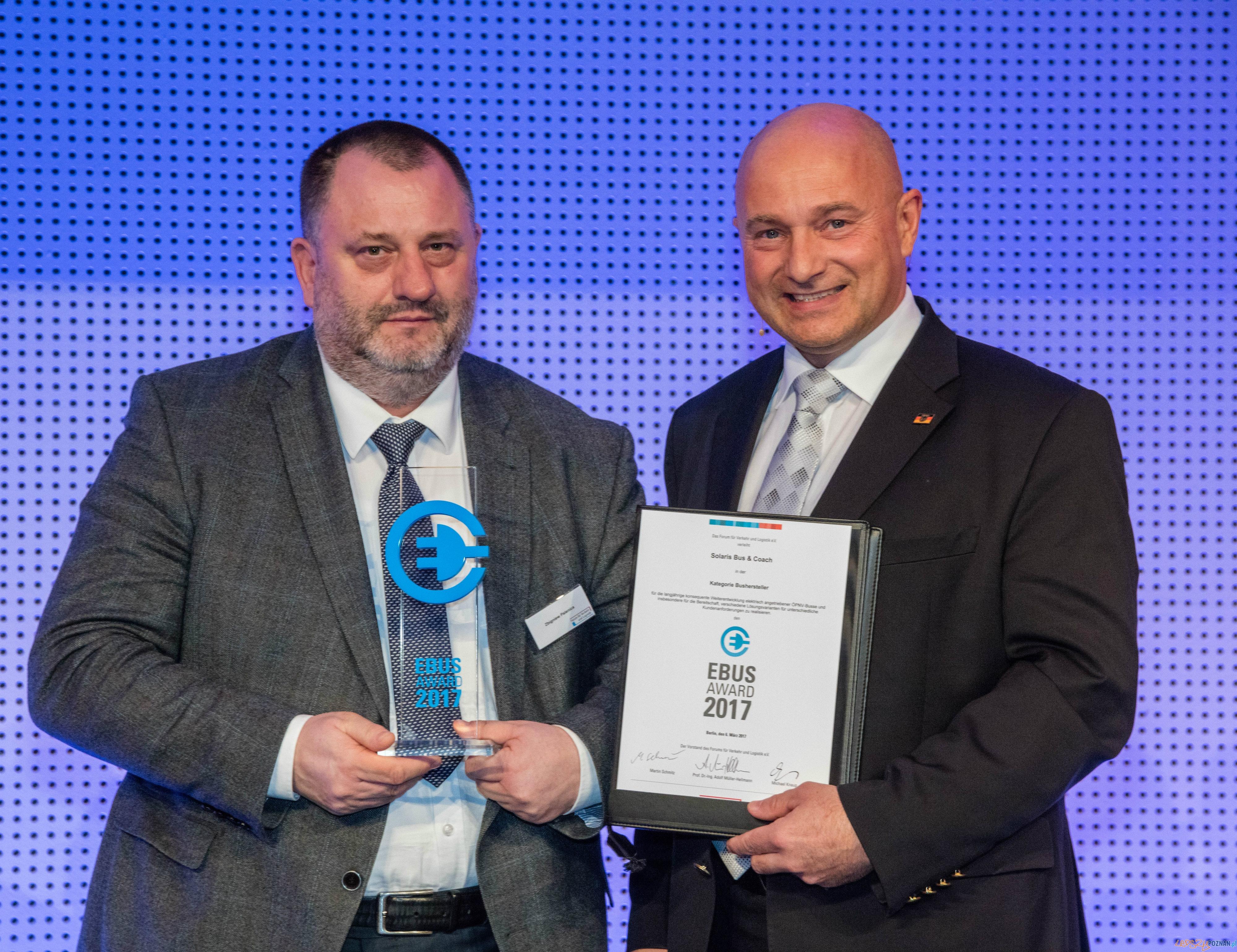 Zbigniew Palenica, Wiceprezes Zarządu Solaris Bus & Coach podczas odbierania statuetki EBUS Award
