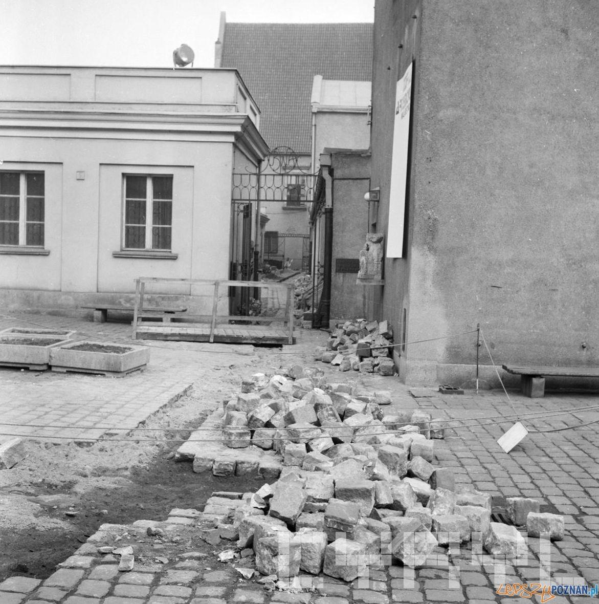 Prace brukowe przy Arsenale na Starym Rynku - 16.03.1975  Foto: Stanisław Wiktor / Cyryl