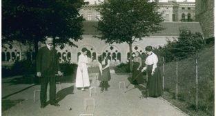 Przy partyjce krokieta ogrodowego rodzina Latzel, około 1911 roku - CK Zamek