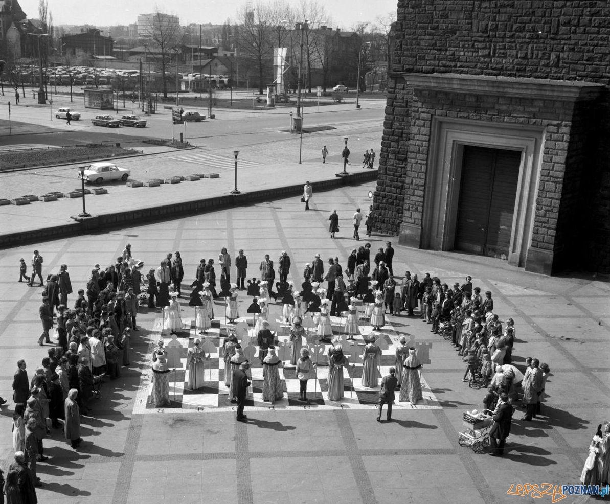 Żywe szachy przed Pałacem Kultury [CK Zamek] 20-21.04.1975  Foto: Stanisław Wiktor / Cyryl