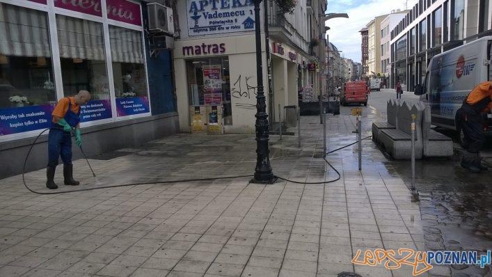Półwiejska - mycie chodnika