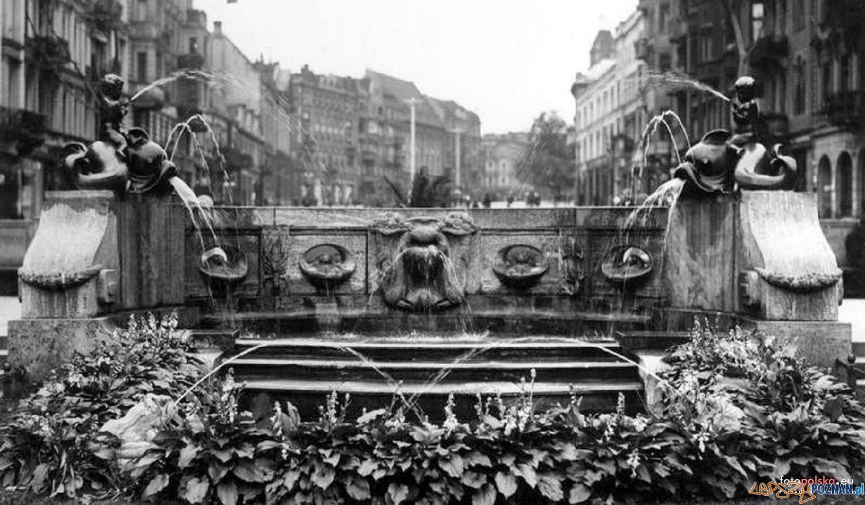 Aleje Marcinkowskiego Fontanna_z_delfinami 1925-35  Foto: fotopolska.eu