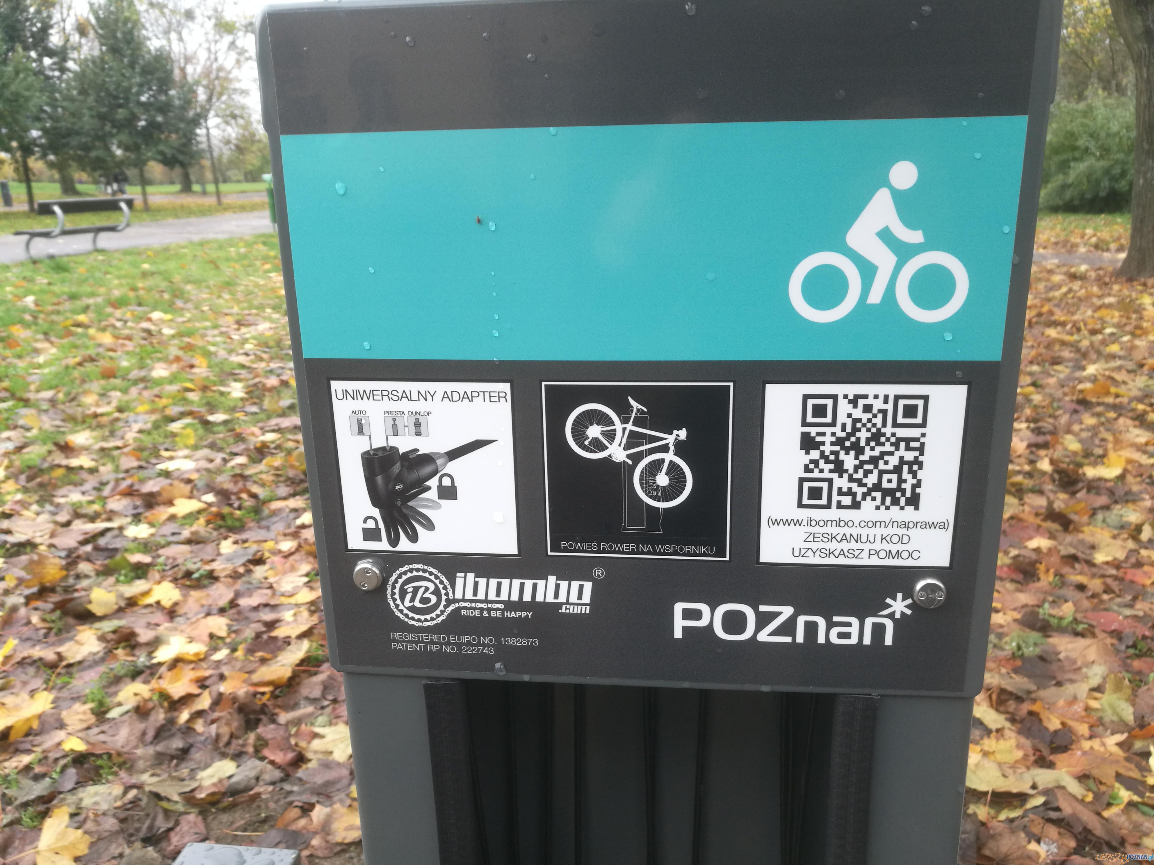 Stacja naprawy rowerów w Parku Kasprowicza - Poznań 28.10.2017 r.  Foto: lepszyPOZNAN.pl / Paweł Rychter