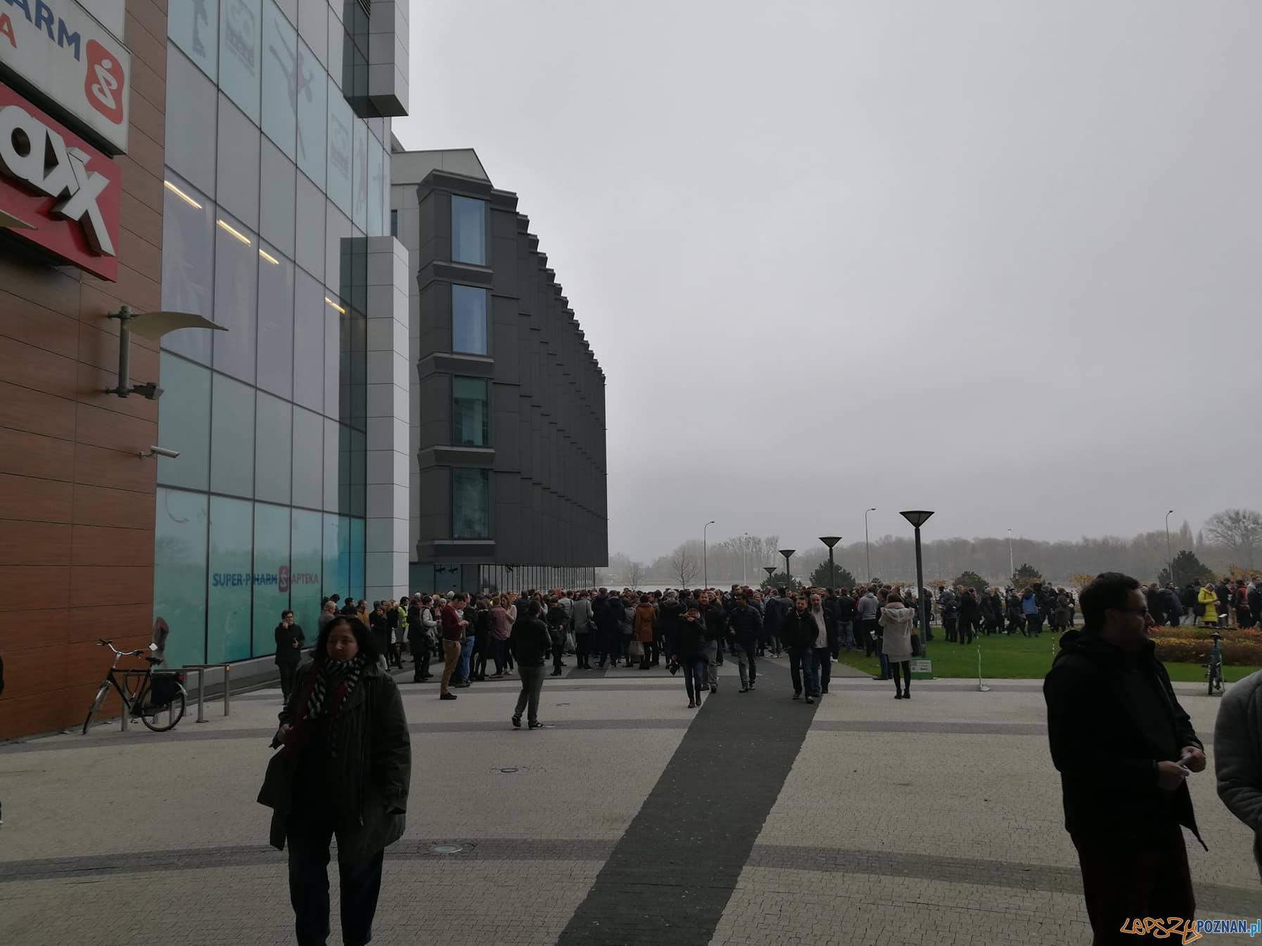 Ewakuacja pracowników biurowca  Foto: czytelnik