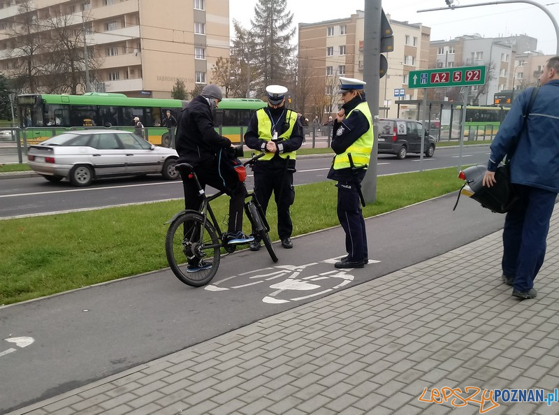 Policjanci edukują upominając i przypominając  Foto: KMP w Poznaniu