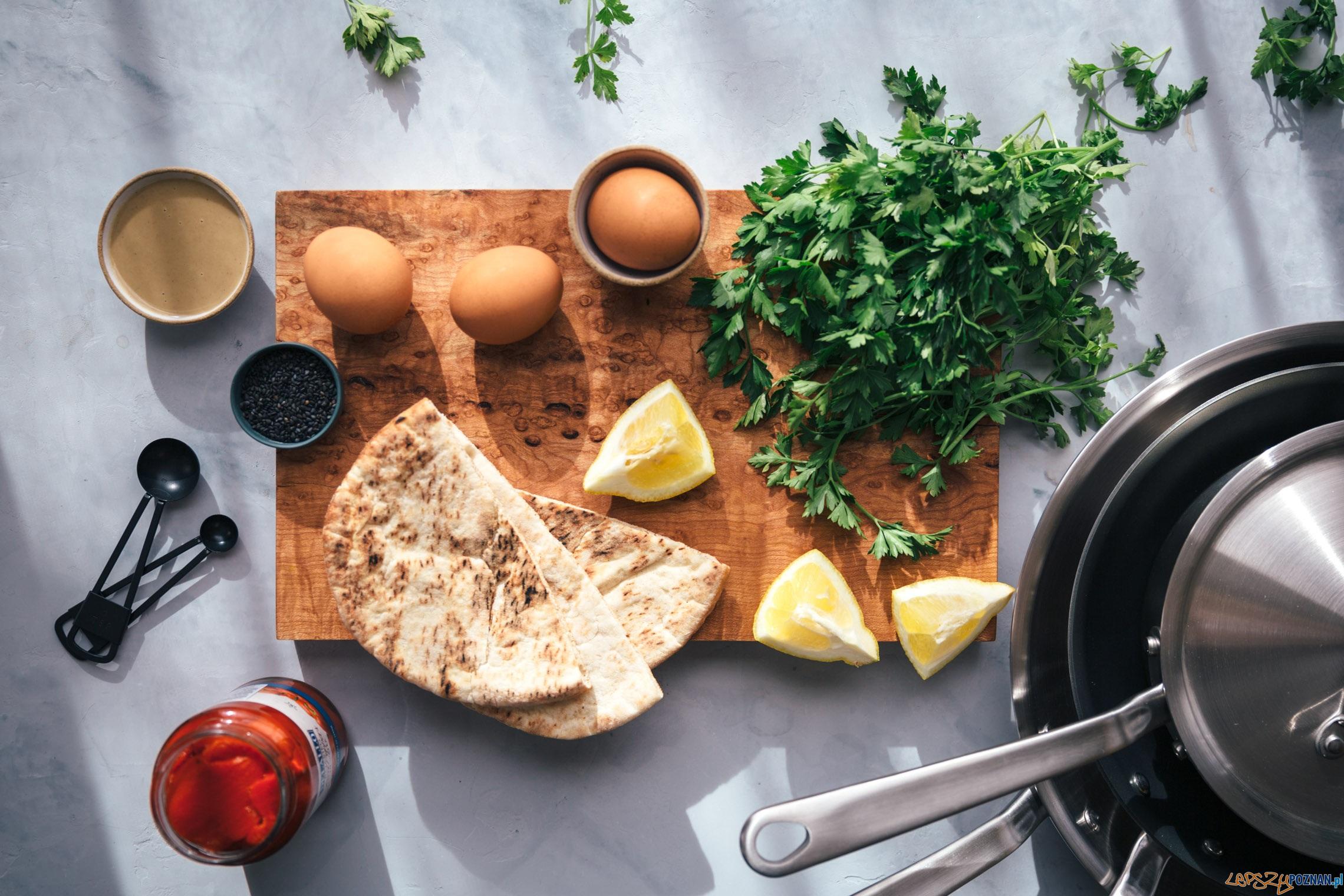 sadzone jajka z zielonymi tahini i pitą  Foto: vegetarianventures.com / Shelly