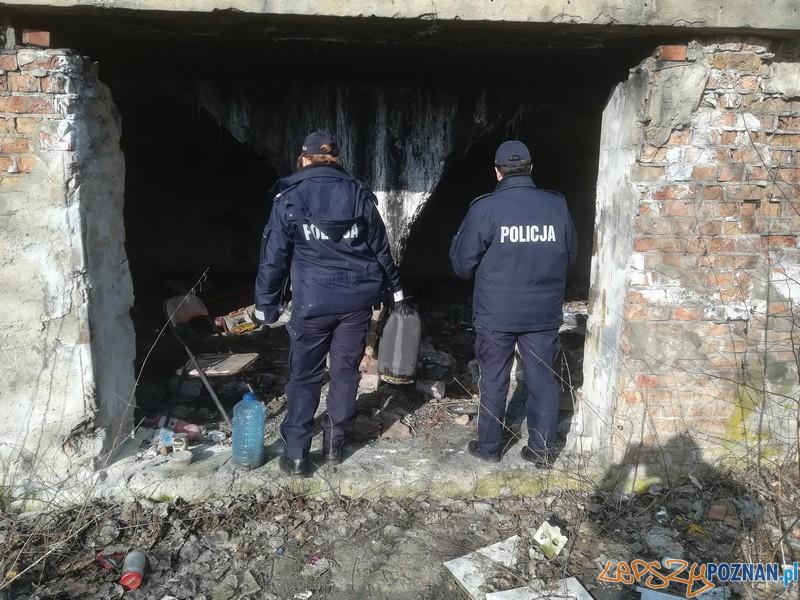 Policjanci u bezdomnych  Foto: