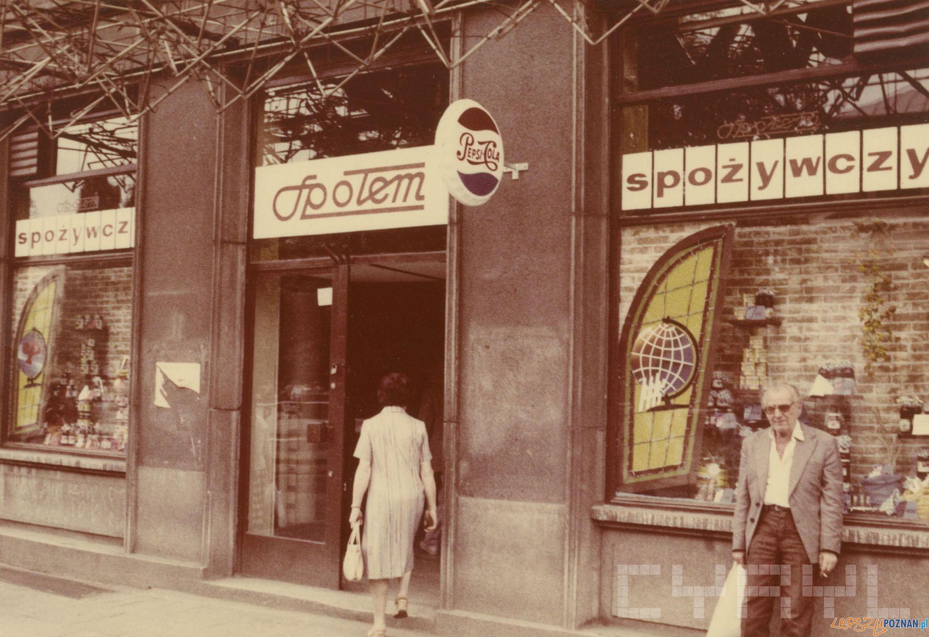 Sklep spożywczy - Plac Wolności 1989 r.  Foto: PSS Społem / Cyryl