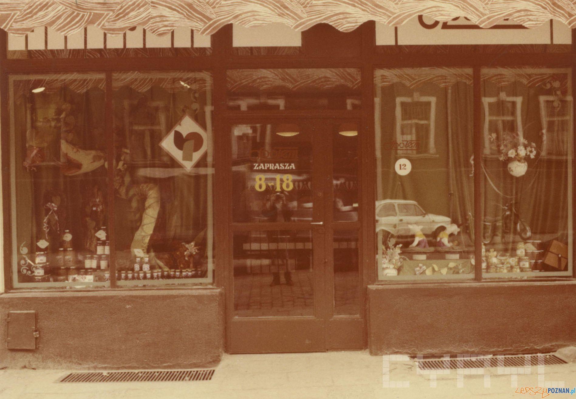PSS Społem - sklep spożywczy przy ul. Szkolnej - 1989 r.  Foto: PSS Społem / Cyryl
