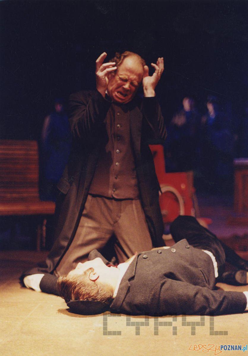 Witold Dębicki i Daniel Wyczesany w spektaklu Sędziowie - Teatr Nowy - 25.05.2002  Foto: Boguslaw Biegowski / Cyryl