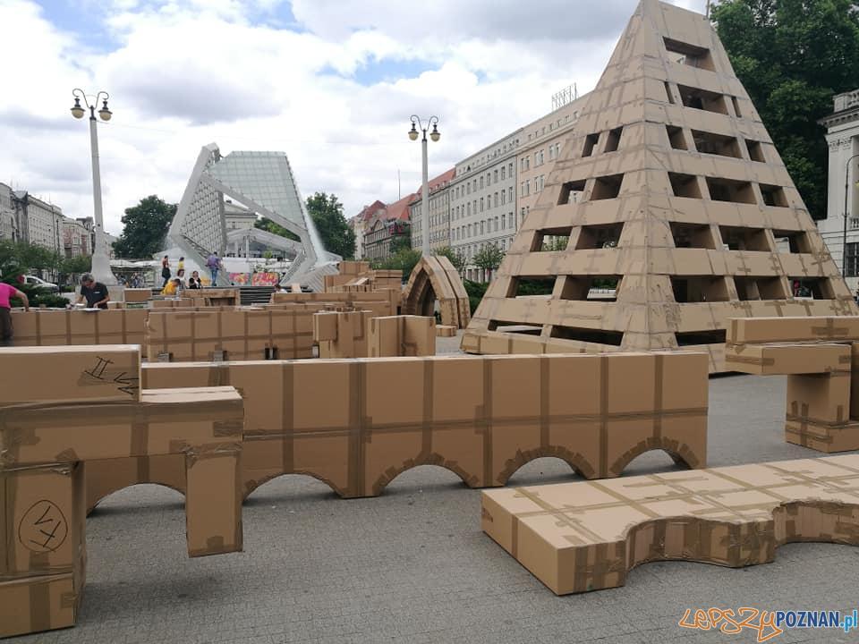 Budowa kartonowej wieży Zamku Gargamela  Foto: Stowarzyszenie Plac Wolności