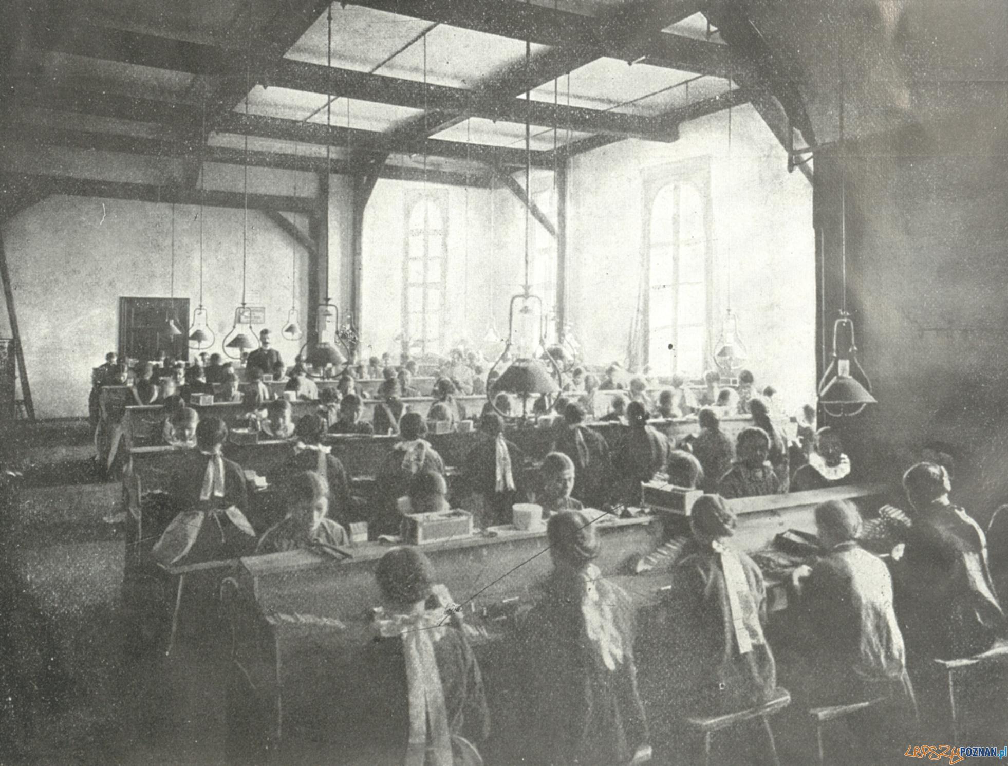 Fabryka papierosów Patria  Foto: Album przemysłu i handlu 1906 / wikipedia CC