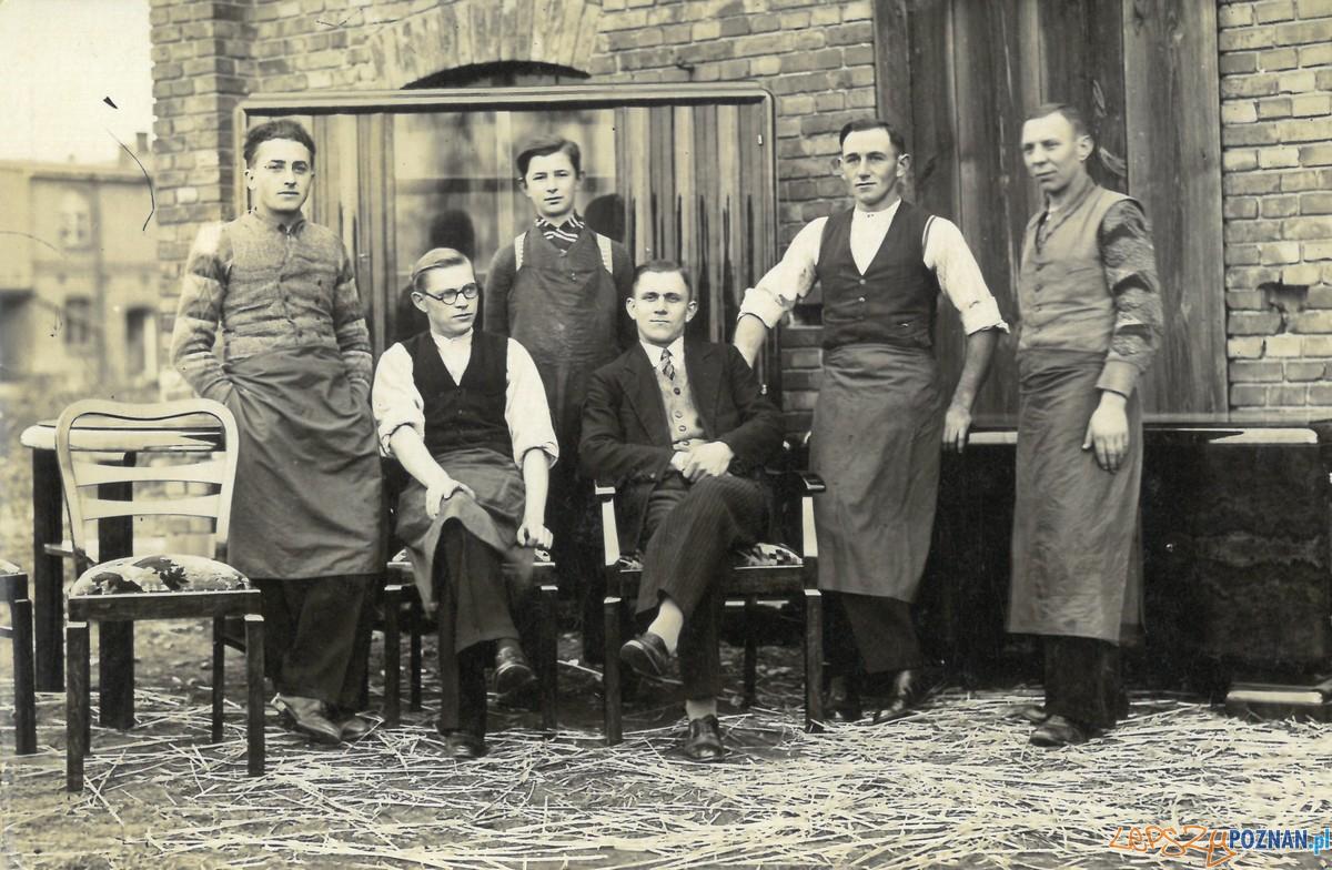 Bracia Nowaccy z pracownikami (1936 r.)(fot. Archiwum Swarzйdzkiego Centrum Historii i Sztuki)  Foto: materiały prasowe PLOT