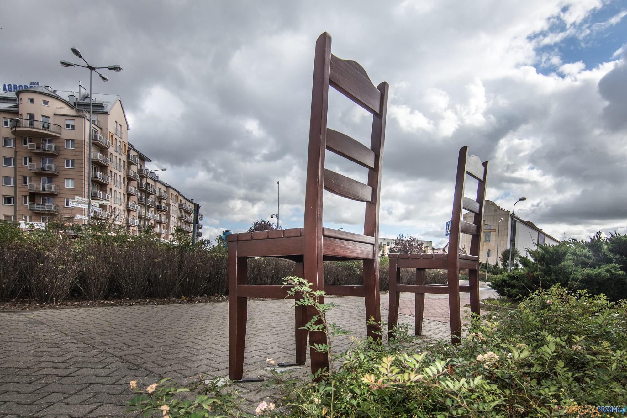Dwa krzesИa na Rondzie Tysiеclecia - element akcji Meblowanie miasta (fot. Jakub Pindych PLOT)  Foto: materiały prasowe PLOT