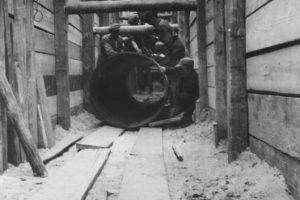 1943 r. budowa rurociągu z ujęcia wody na Dębinie do stacji uzdatniania wody przy ul. Wiśniowej w Poznaniu  Foto: Archiwum Aquanetu