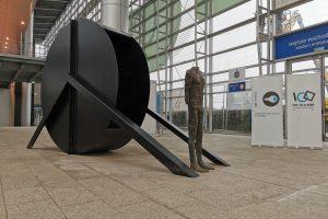 Standing Figure with Wheel I - M. Abakanowicz  Foto: materiały prasowe / UA